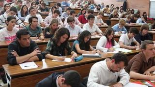 universitarios en clases3