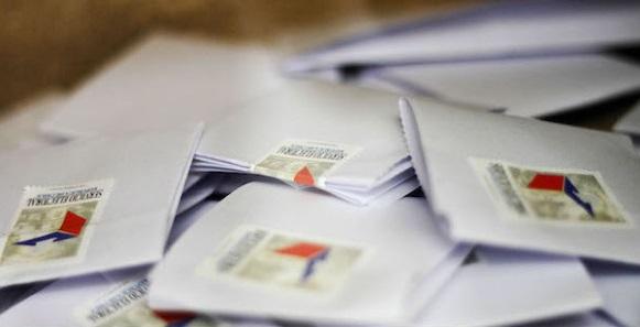 15 de Diciembre de 2013/SANTIAGO  Detalle de los votos dentro de una urna en el colegio Rosa Ester Alessandri, durante esta jornada de segunda vuelta de elecciones presidenciales. FOTO: HANS SCOTT/AGENCIAUNO